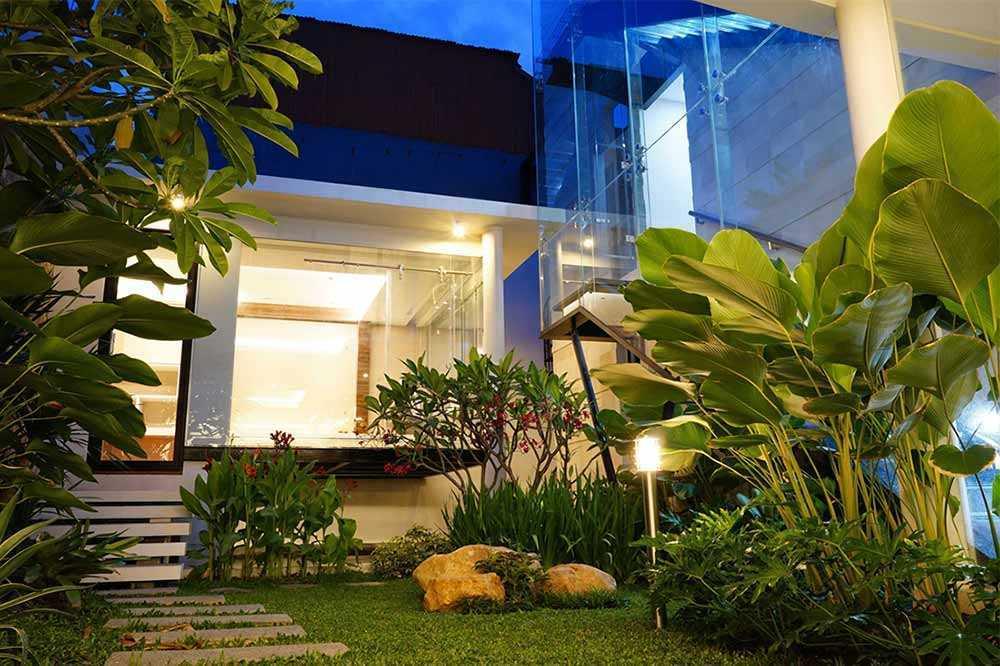 Desain taman dengan jalan setapak karya Saga Contractor // arsitag.com