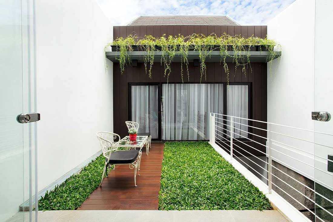 Desain taman di lantai dua rumah karya Vindo Design // arsitag.com