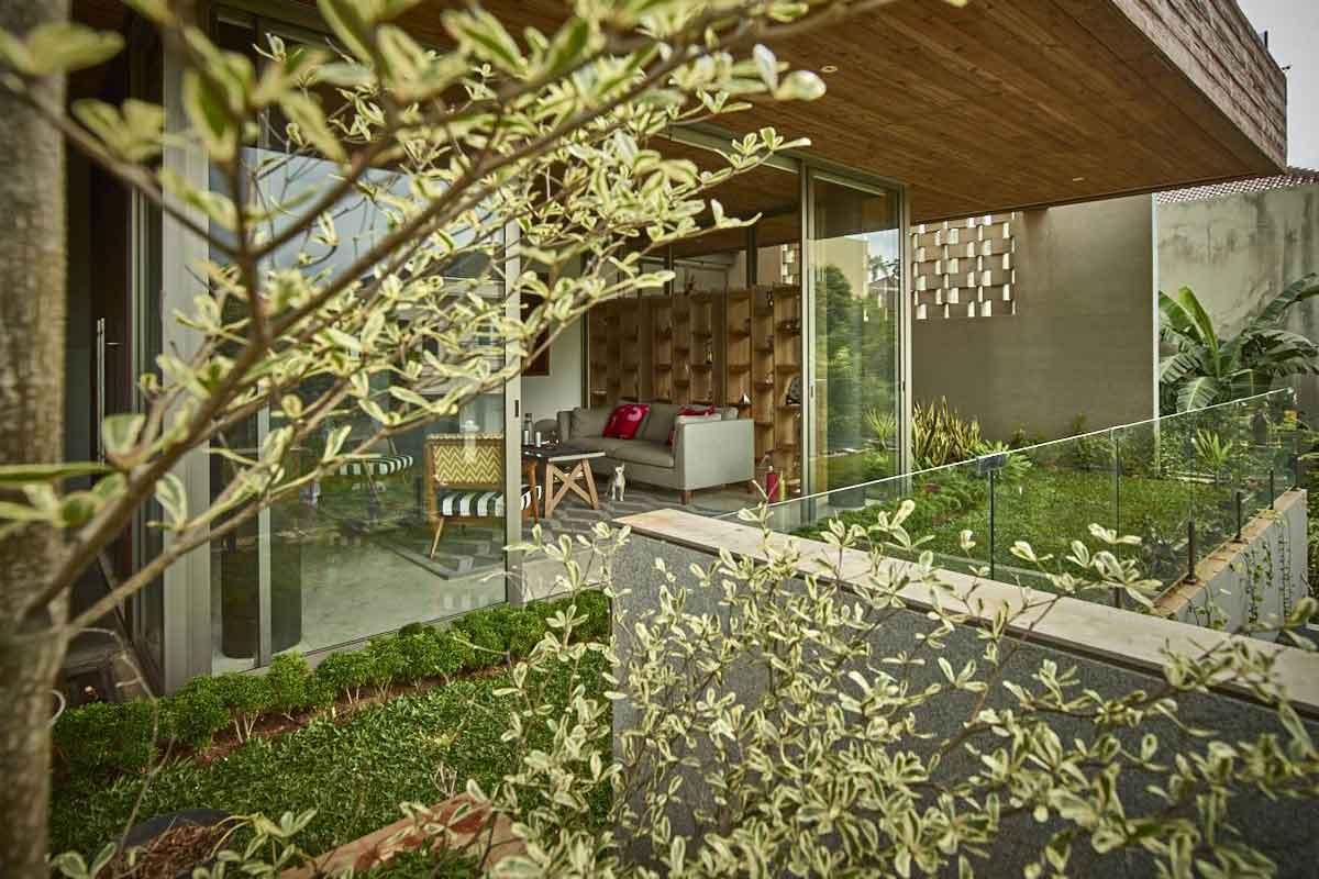 Desain taman di balkon rumah karya RAW Architecture // arsitag.com