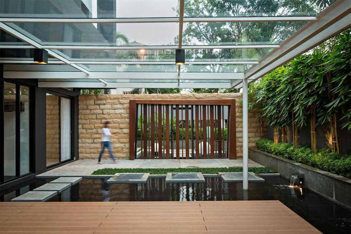 Desain taman menyatu dengan teras karya DP+HS Architects // arsitag.com