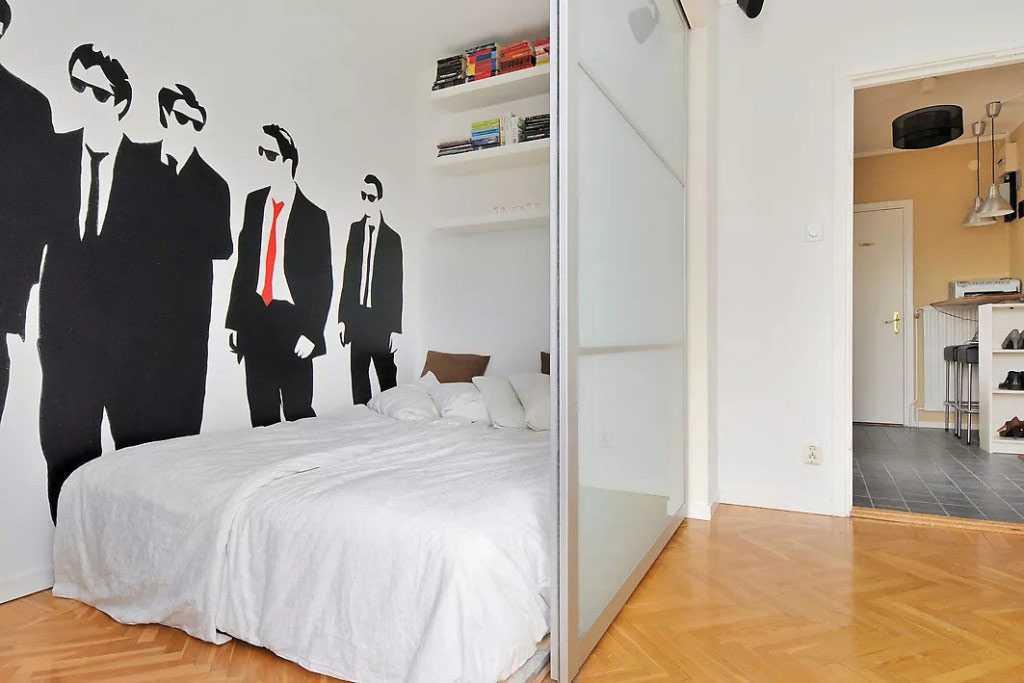 Desain partisi ruang dengan kaca buram karya Jules // thespruce.com