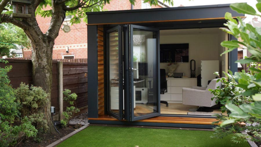 Kantor taman dengan pintu kaca lipat, via pod-space.co.uk