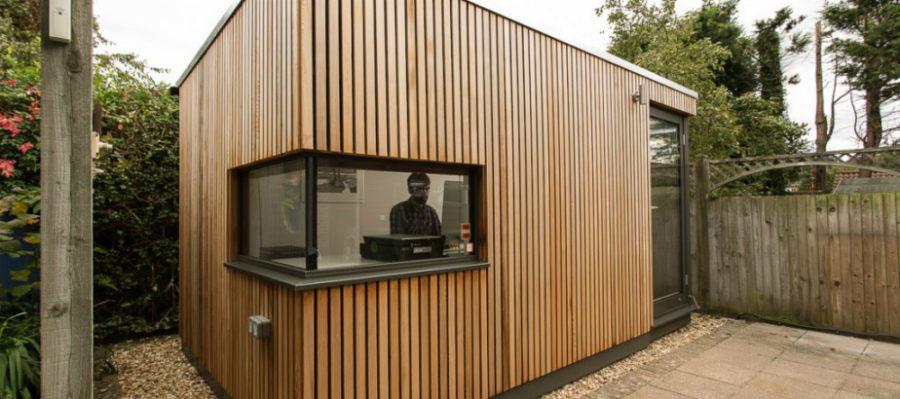 Kantor taman dengan dinding kayu, via green-studios.com