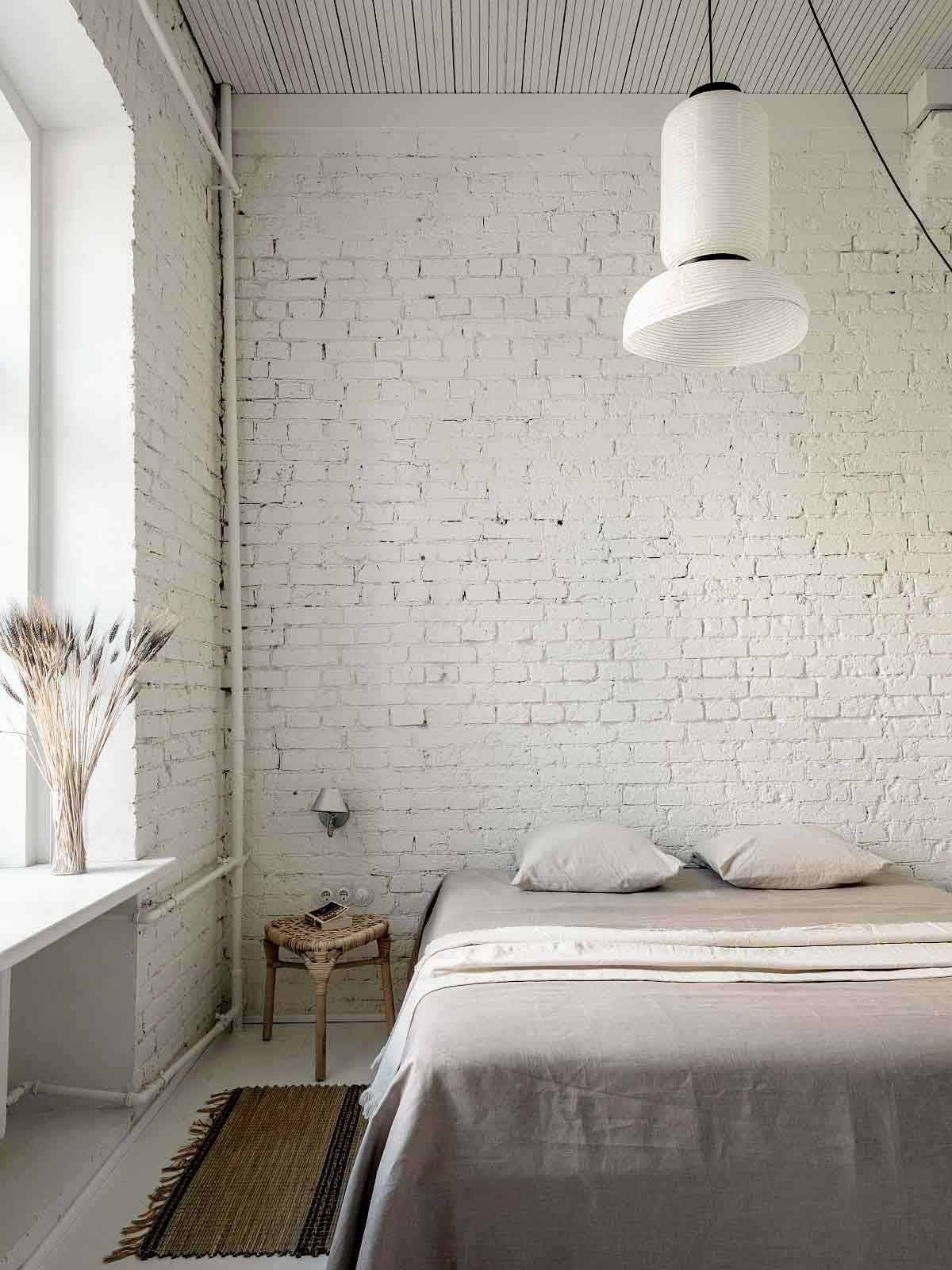 Desain interior kamar tidur apartemen di Moskow karya Buro5 // decoist.com