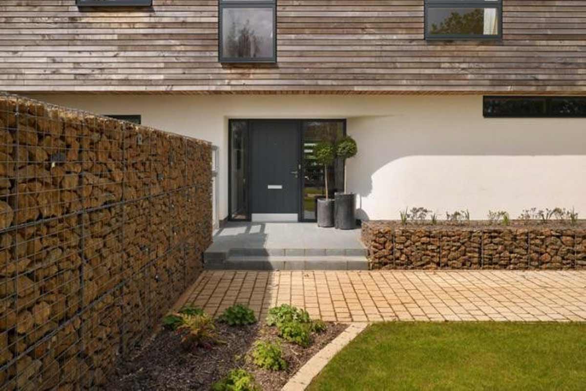 Pagar taman minimalis karya Platform 5 Architects // gardenista.com