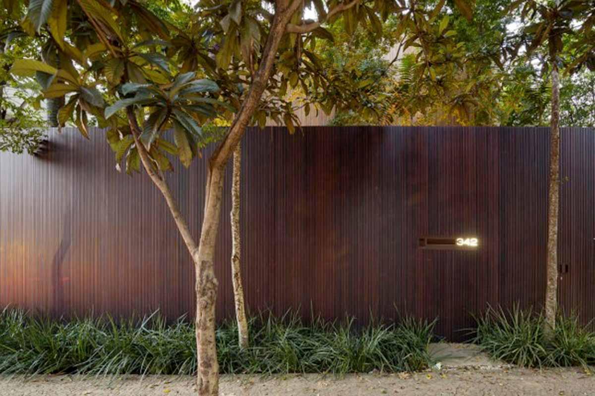Pagar taman minimalis karya Marcio and Carolina // home-designing.com