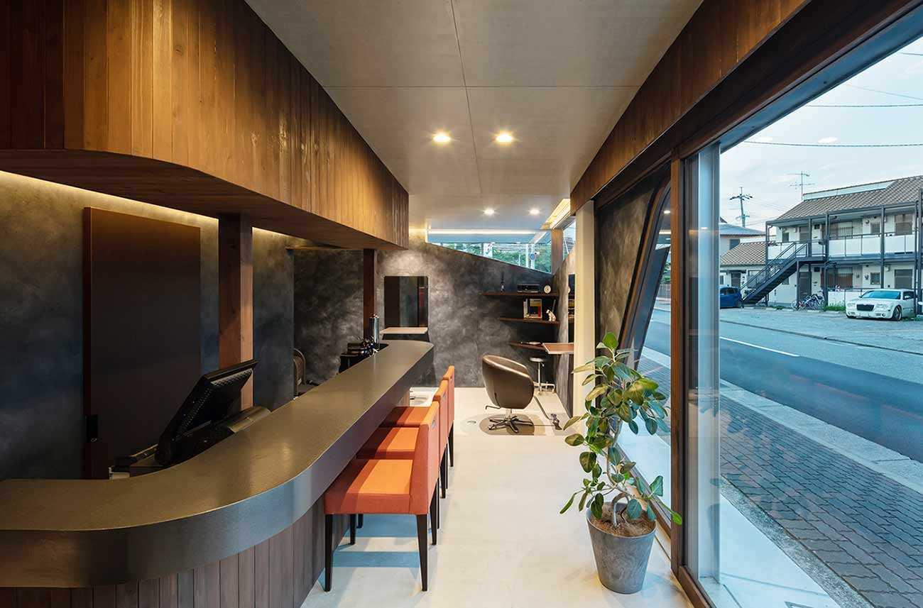 Area kasir dan ruang tunggu salon yang menyerupai bar // Archdaily.com