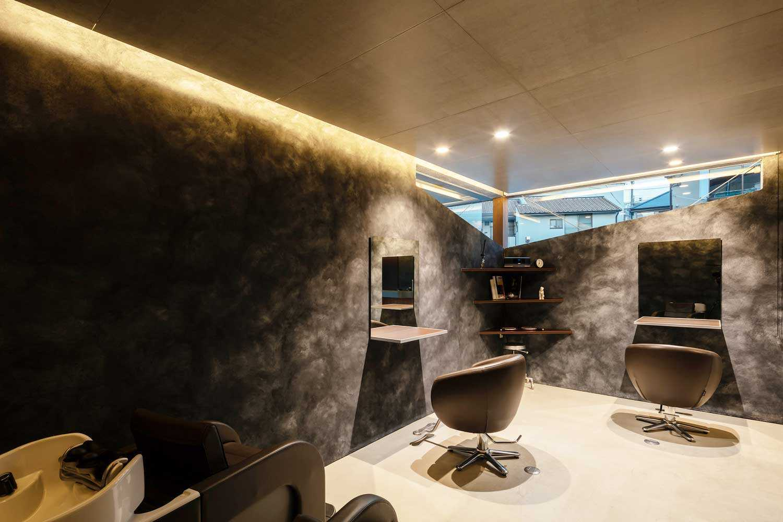 Area salon berkonsep gelap yang intens // Archdaily.com