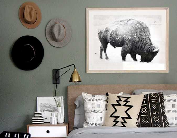 Topi koboi sebagai dekorasi maskulin // hunker.com