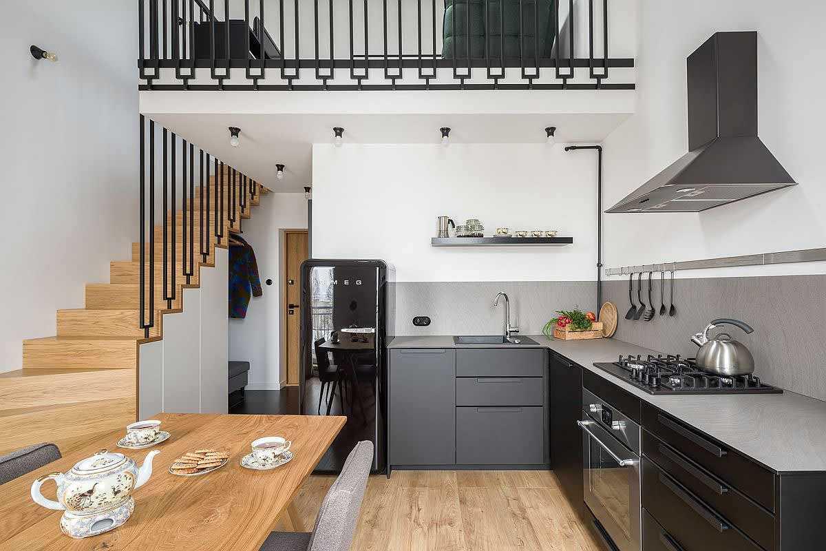 Dapur sekaligus ruang makan di lantai dasar // decoist.com