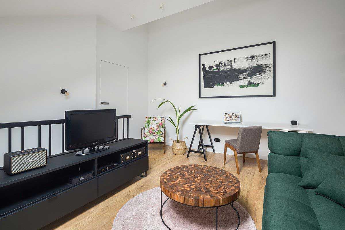 Ruang keluarga di lantai mezanin // decoist.com