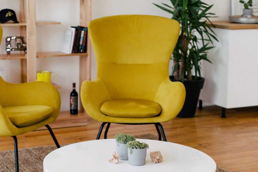 Warna asli furnitur ditunjang pencahayaan natural, karya You X Ventures // unsplash.com