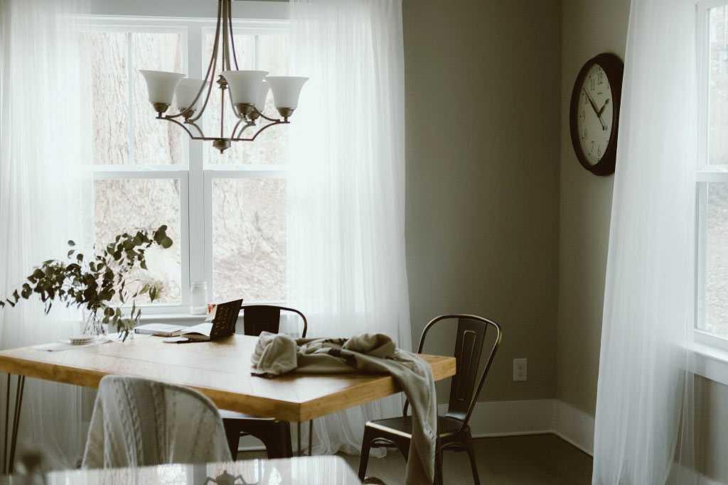 Ruangan terang tanpa lampu, karya Erick Lee Hodge // unsplash.com
