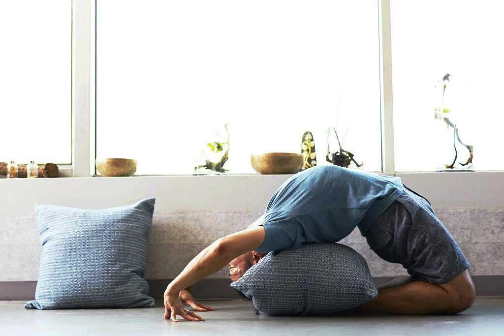 Yoga di bawah sinar matahari, karya Wee Lee // unsplash.com