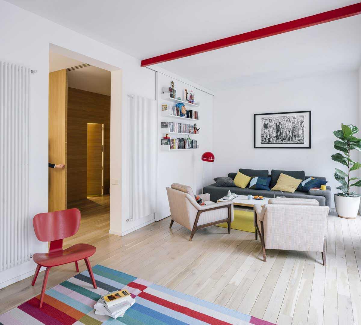 Ruang keluarga menerapkan permainan warna // home-designing.com