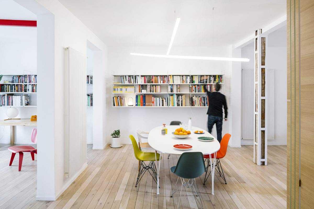 Ruang makan dengan meja oval dan kursi warna-warni // home-designing.com