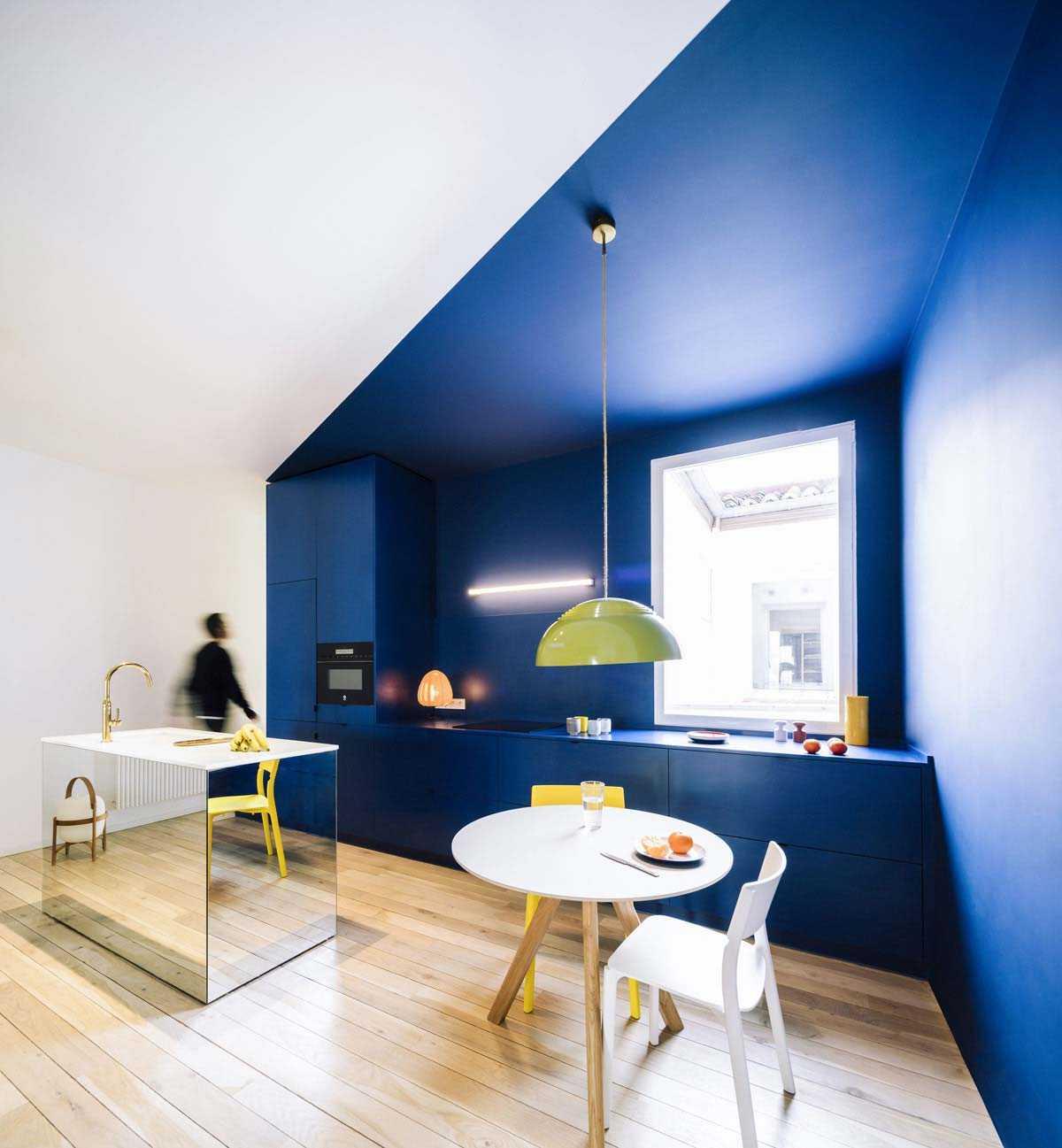 Dapur warna biru yang mencolok dan tampak segar // home-designing.com