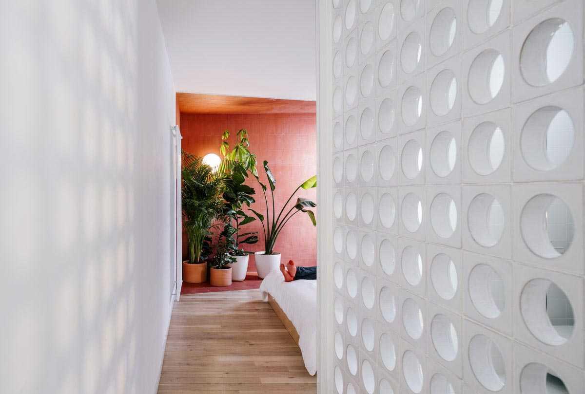 Lorong kamar tidur dengan dinding roster bulat // home-designing.com