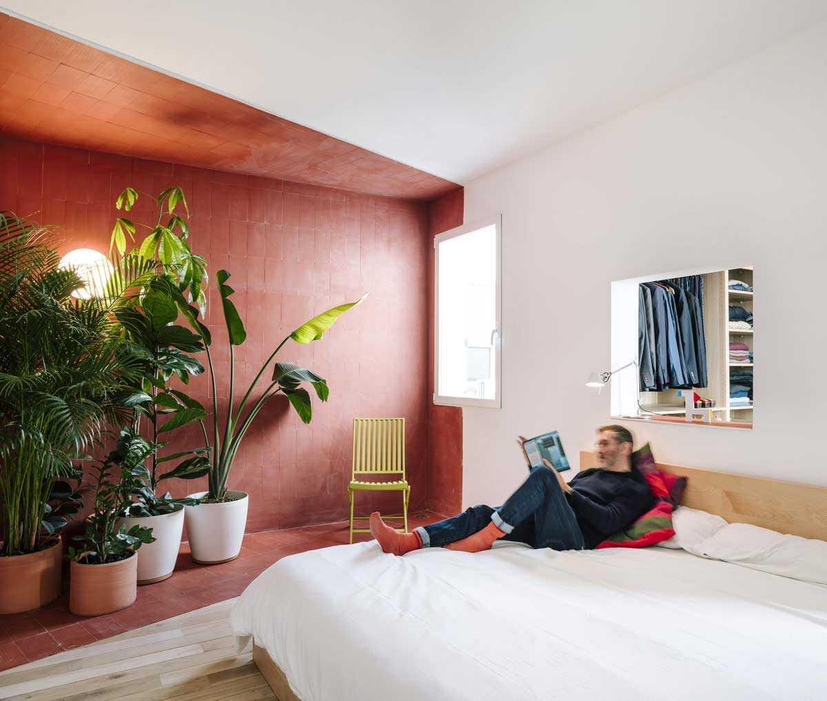 Perbedaan warna kontras secara efektif menciptakan ilusi pemisah ruang // home-designing.com