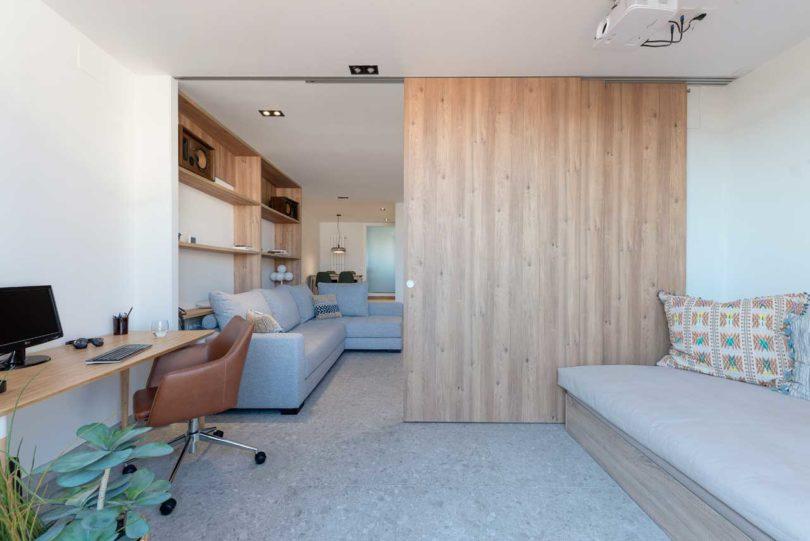 Sekat pintu geser apartemen mungil karya FFWD Arquitectes // design-milk.com