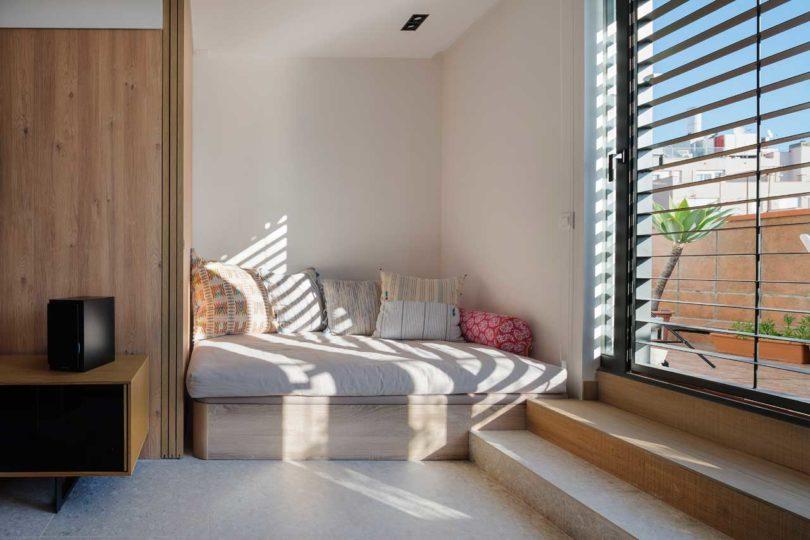 Sofa day bed di apartemen mungil karya FFWD Arquitectes // design-milk.com
