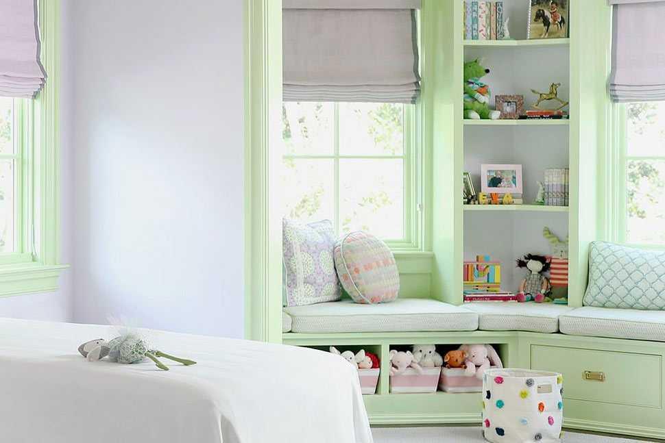 Rak, laci, dan kursi santai di dekat jendela karya MA Allen Interiors // housebeautiful.com