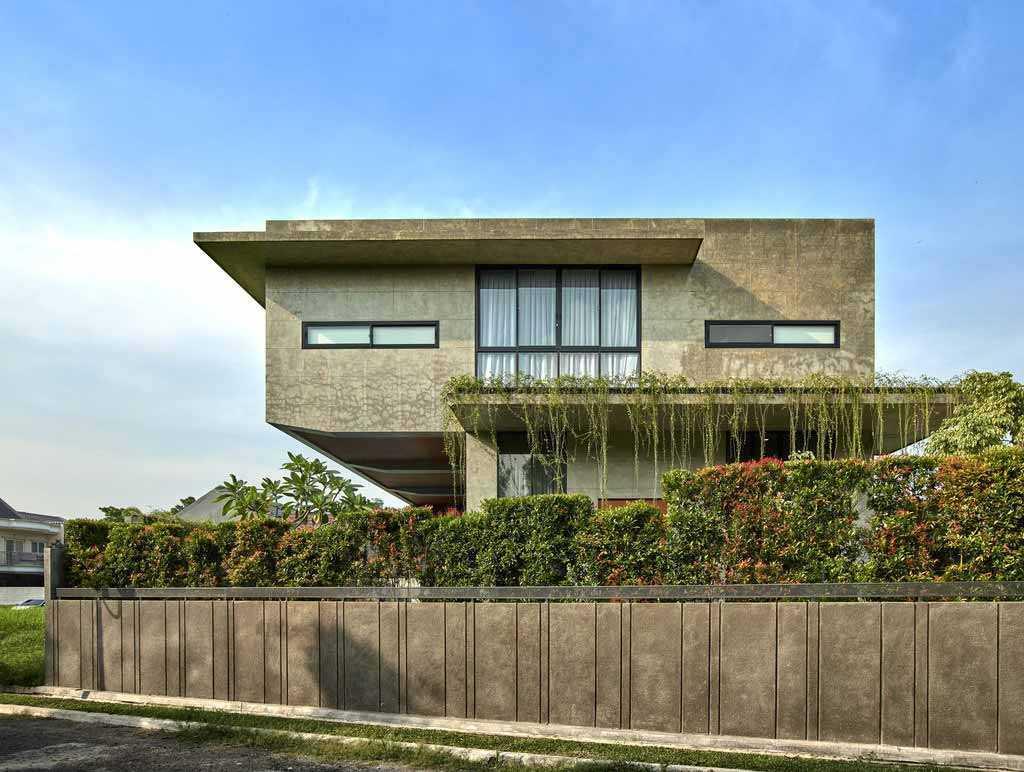 Tanaman hijau sebagai penyeimbang kekakuan material beton // Archdaily.com