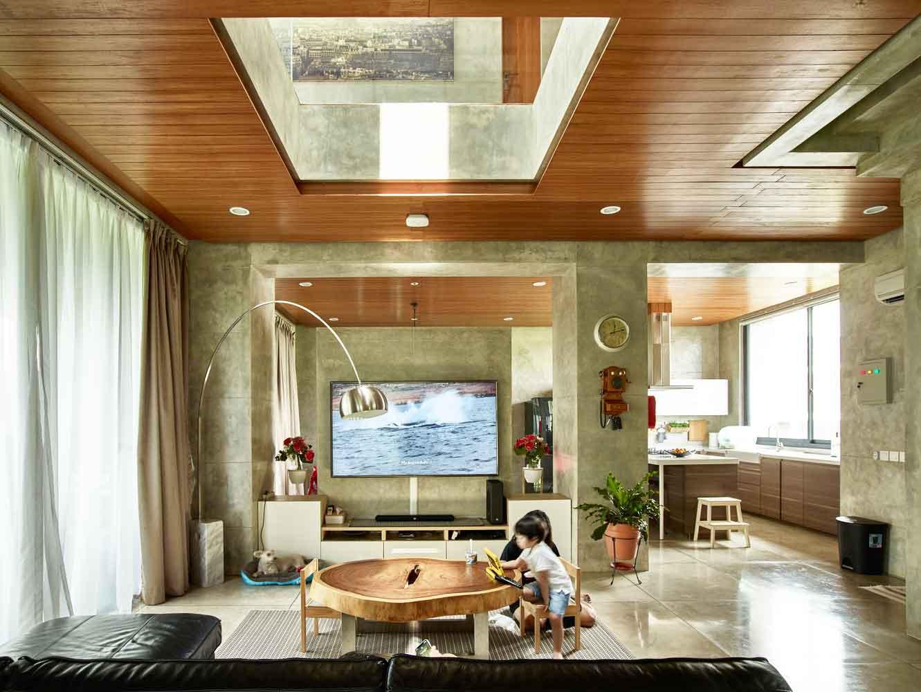 Ruang keluarga dengan variasi material kayu // Archdaily.com