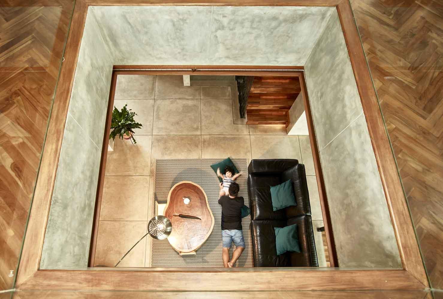 Ruang keluarga dengan skylight untuk masuknya cahaya // Archdaily.com