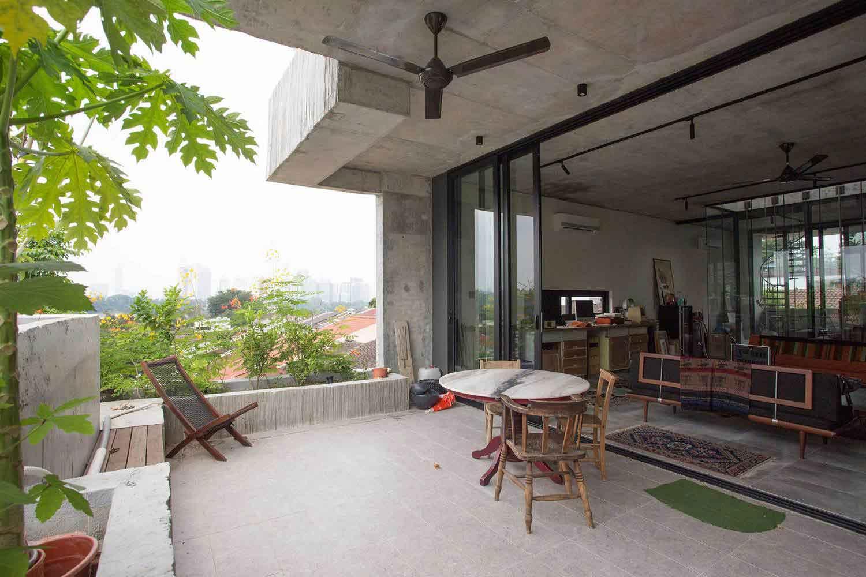 Rumah industrial tropis dengan material beton // archdaily.com