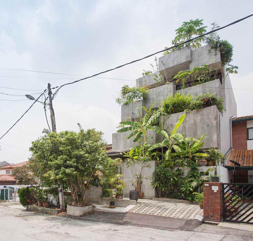 Fasad rumah yang menyembunyikan pintu masuknya // archdaily.com