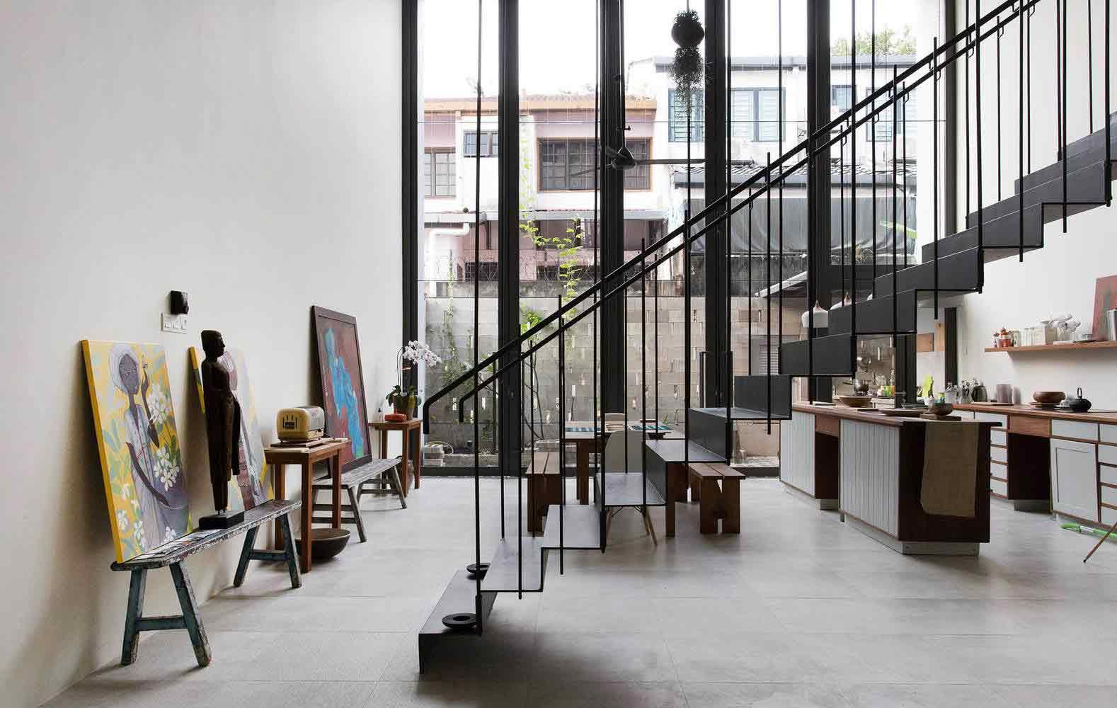 Ruangin indoor yang terang dan terbuka dengan penggunaan dinding kaca // archdaily.com