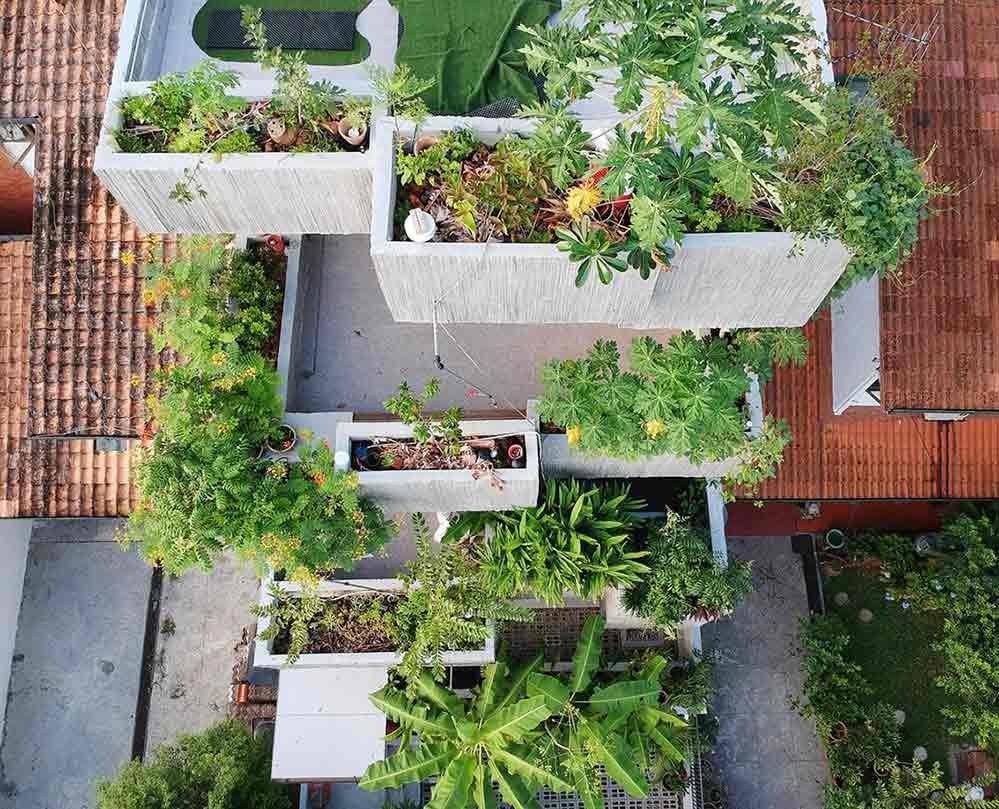 Guratan-guratan cantik di beton yang dicetak menggunakan bekisting bambu // archdaily.com