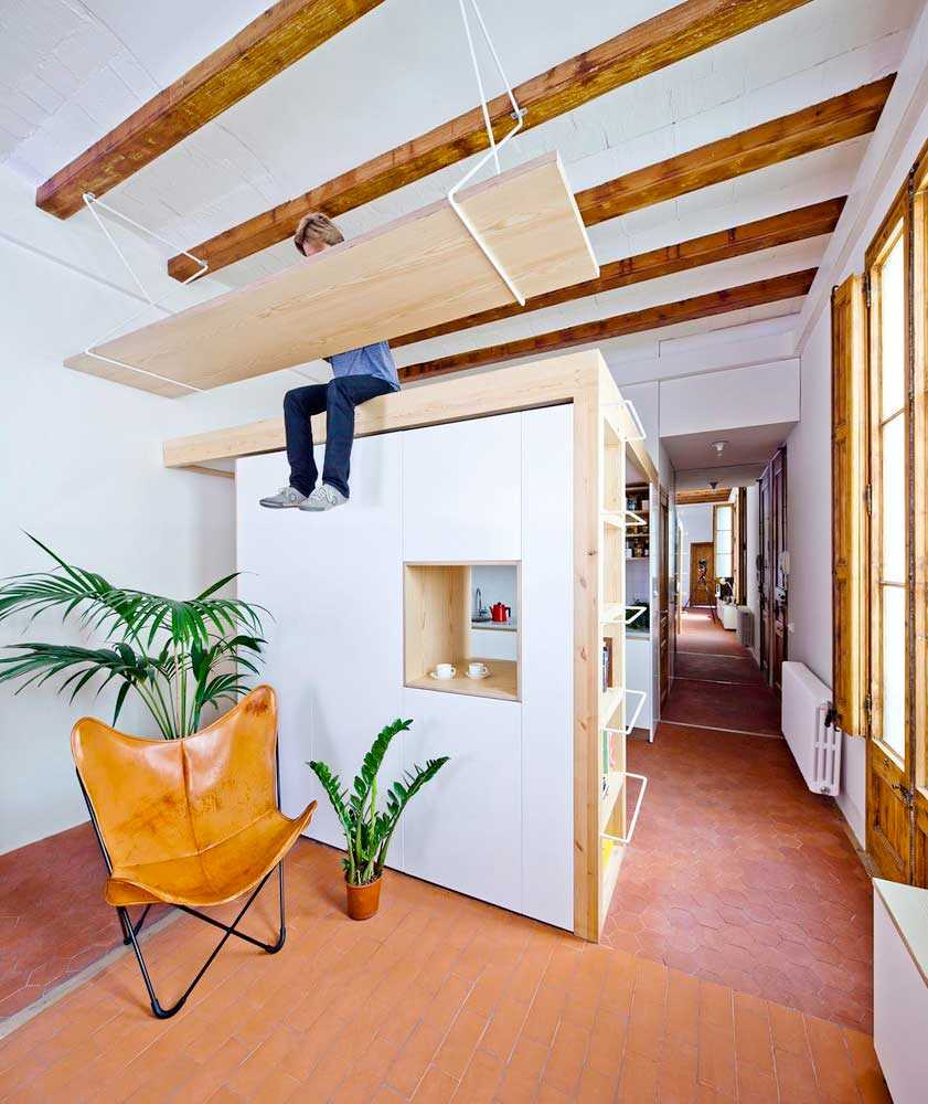 Desain meja gantung apartemen karya Anna & Eugeni Bach via Archdaily.com