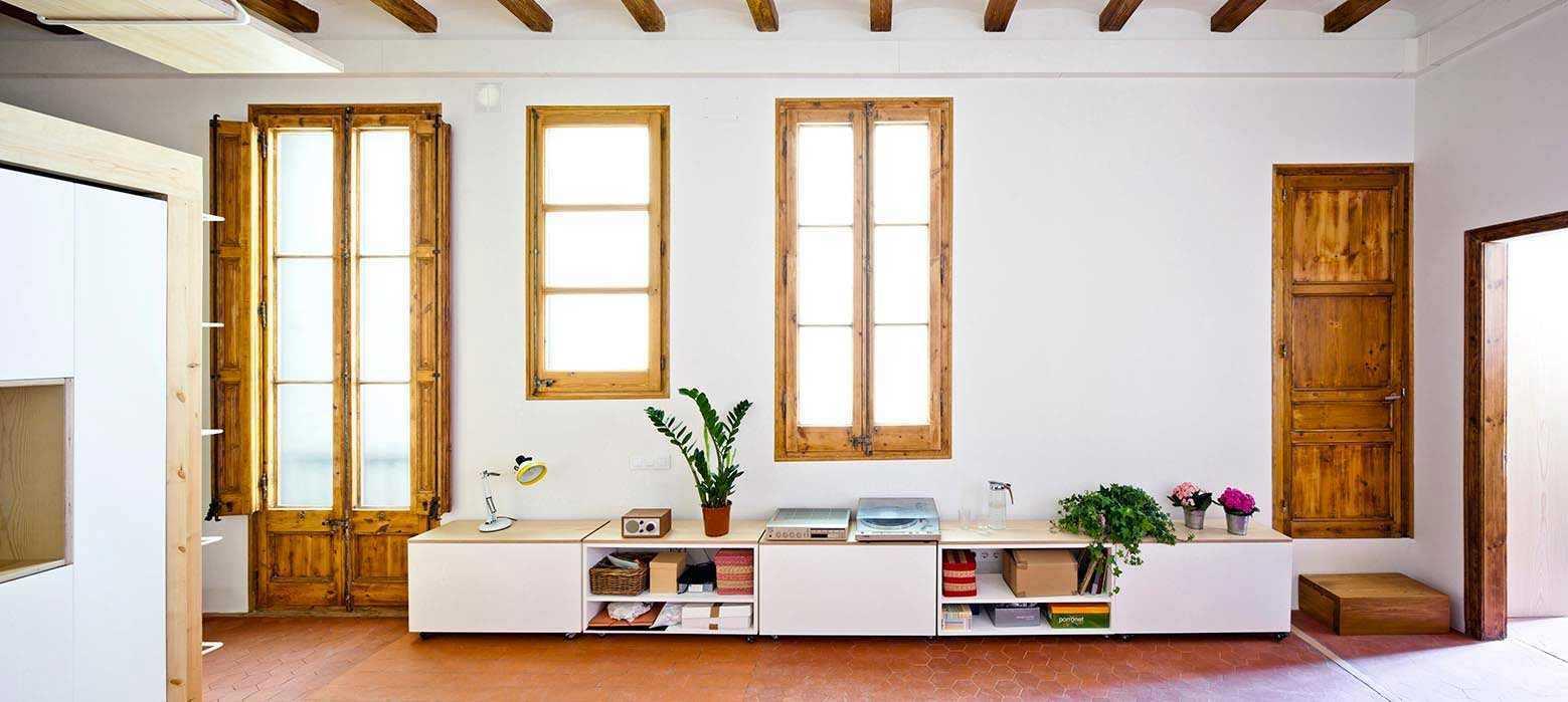 Desain ruang keluarga apartemen karya Anna & Eugeni Bach via Archdaily.com
