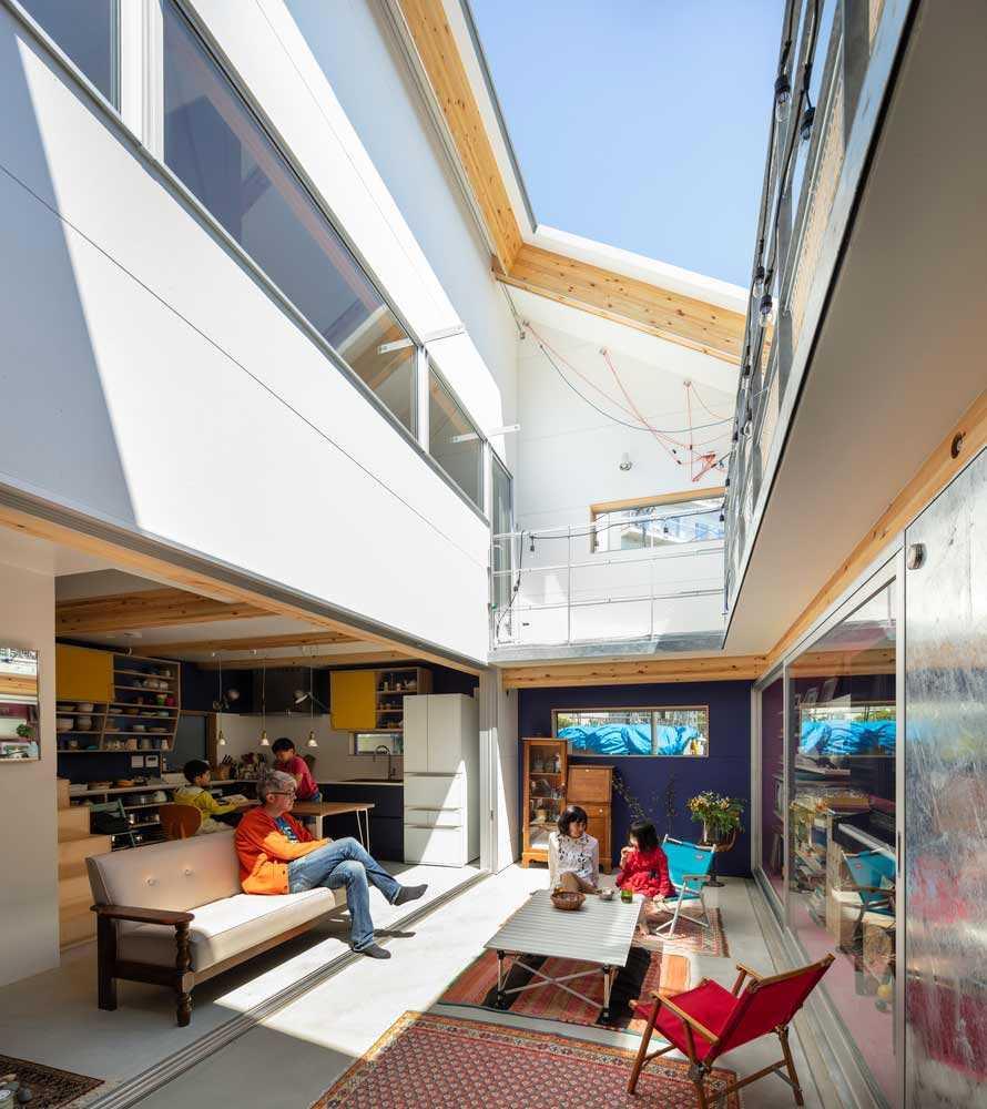 Desain ruang keluarga tanpa atap karya Yoshitaka Suzuki and Associates, via archdaily.com