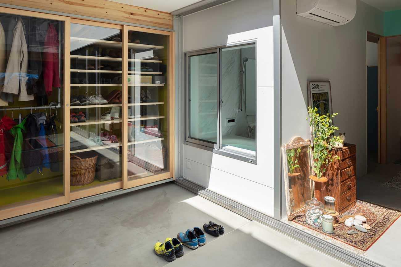 Desain lemari baju dengan pintu kaca transparan karya Yoshitaka Suzuki and Associates, via archdaily.com