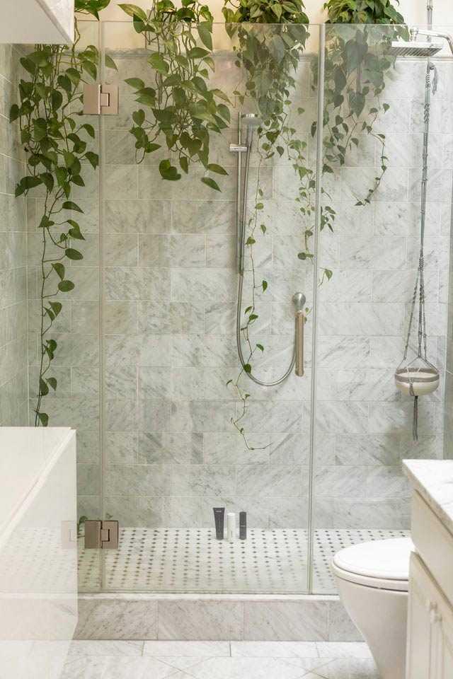 Kamar mandi dengan sirih gading, foto oleh Curology via unsplash.com