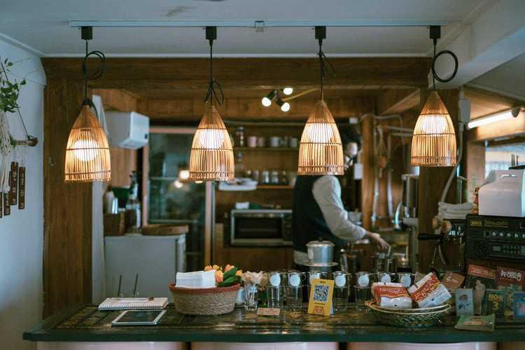 Pencahayaan dapur dengan lampu bambu unik, via unsplash