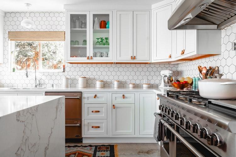 Backsplash dapur motif sarang lebah, via unsplash