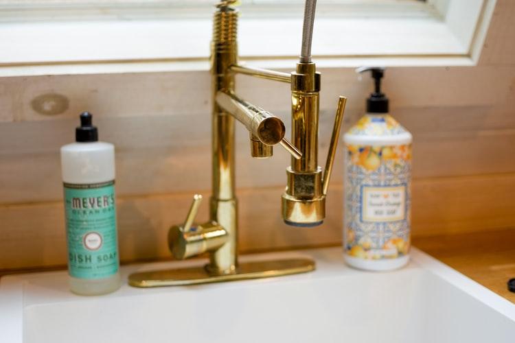 Keran dapur bercat warna emas, via unsplash