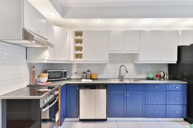 Lemari dapur dengan warna biru yang elegan, via unsplash