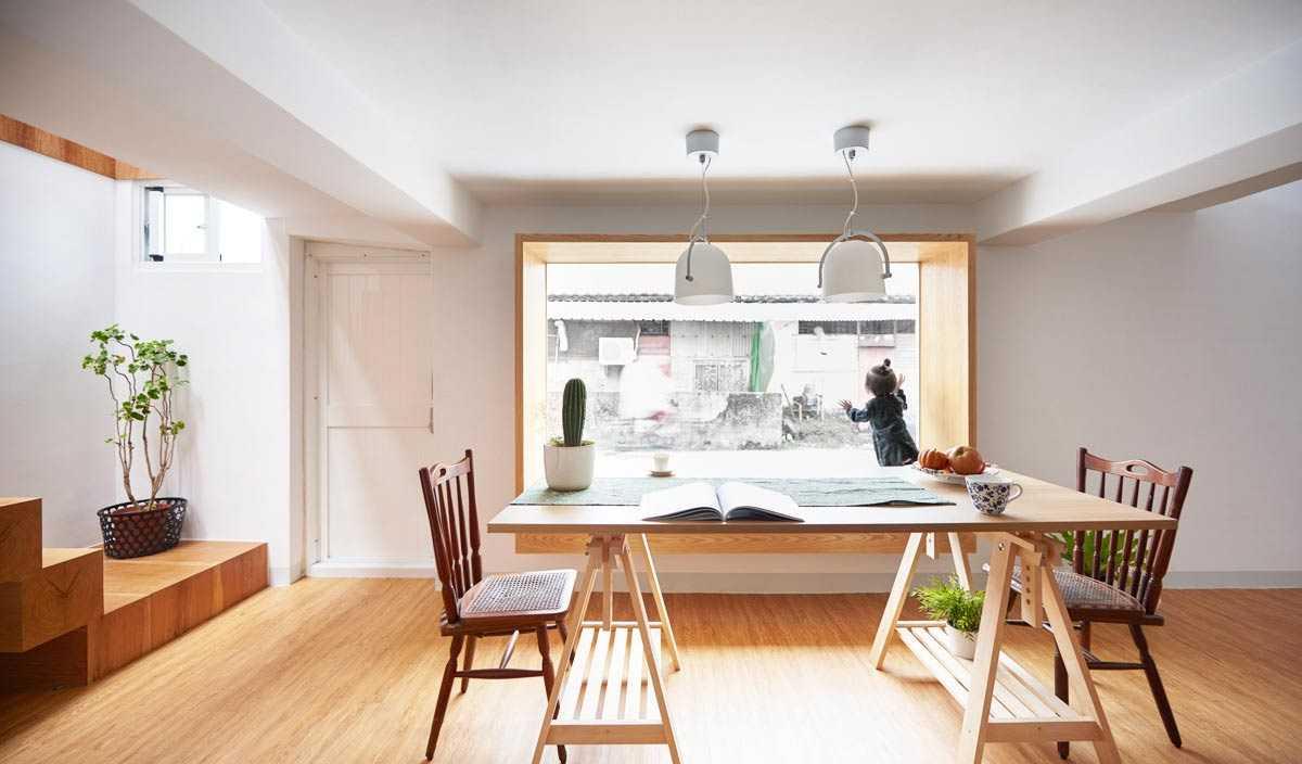 Ruang makan dengan window seat yang nyaman karya HAO Design, via archdaily.com