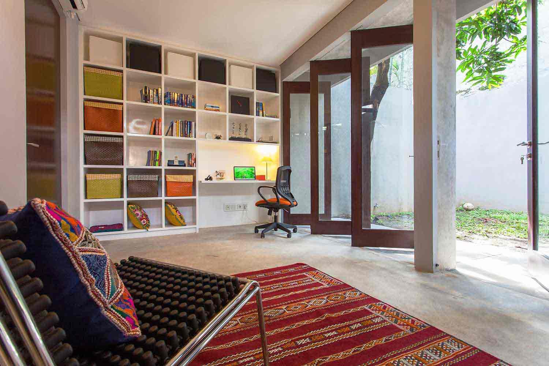 Rak dinding built-in yang serbaguna karya Inspiratio, via arsitag.com