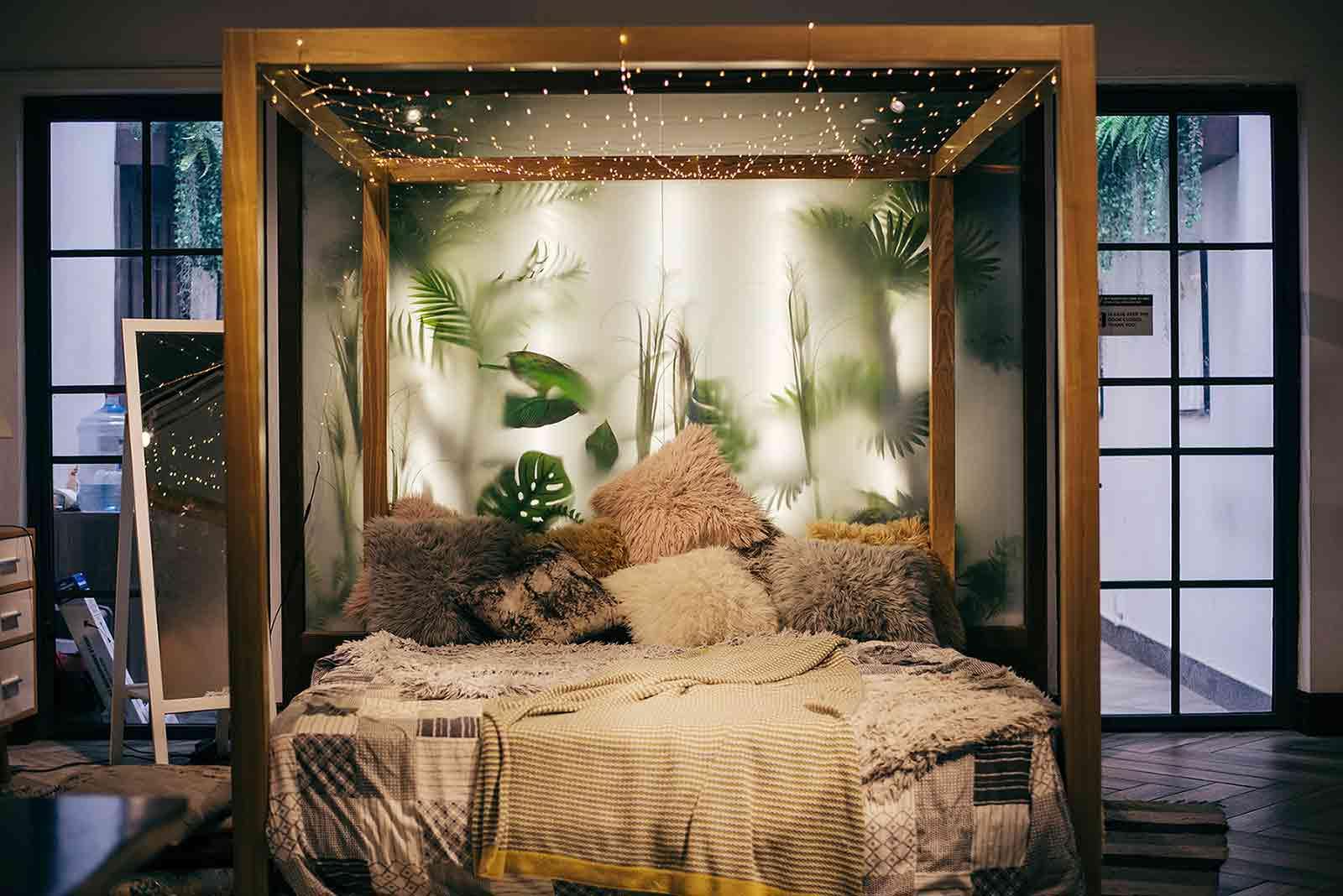 String light yang romantis dan mampu menciptakan sebuah dunia yang berbeda dari sekitarnya, foto oleh Tan Danh via pexels.com