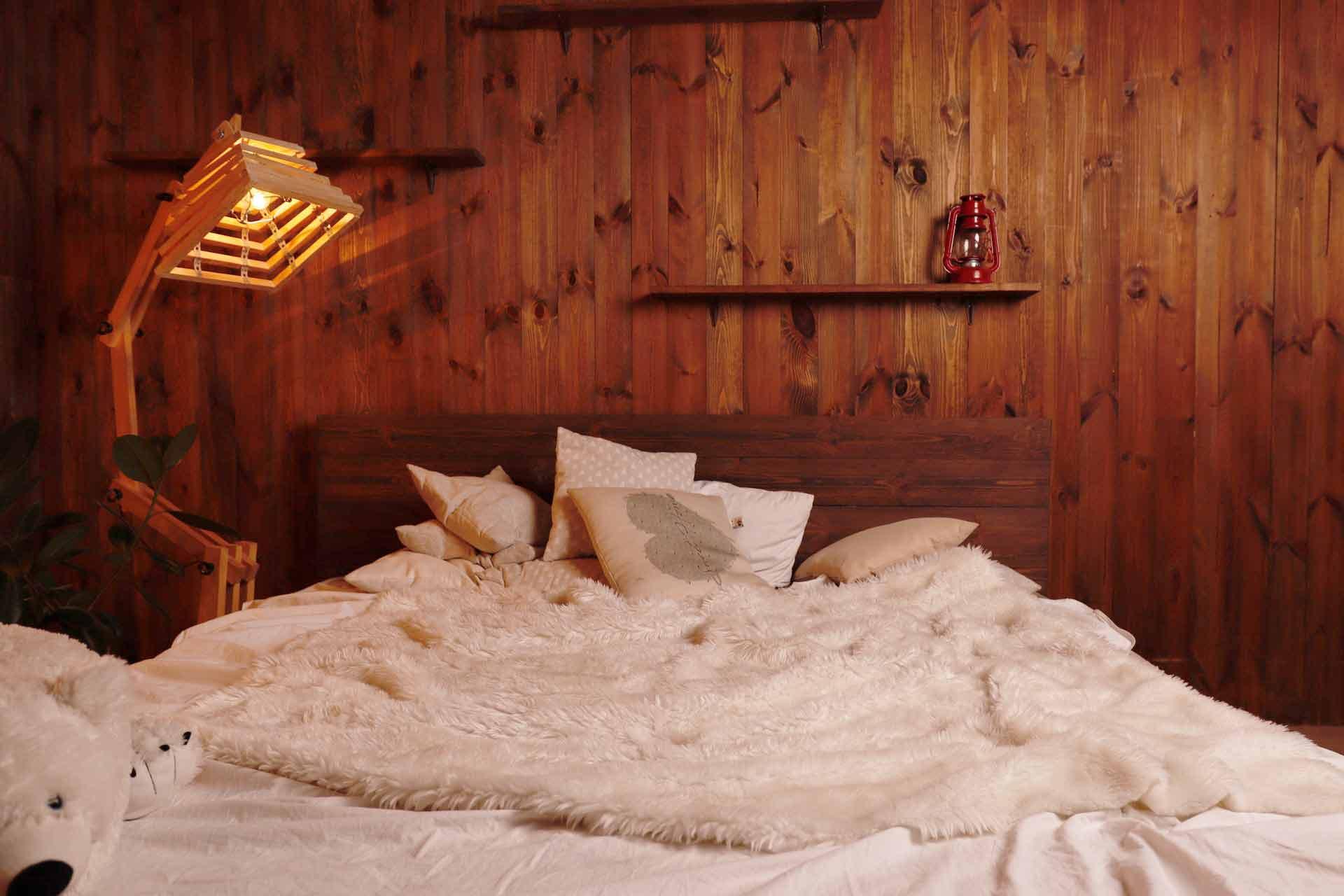 Dominasi kayu yang super maskulin dengan selimut bulu yang super nyaman, foto oleh Maksym Tymchhyk via unsplash.com