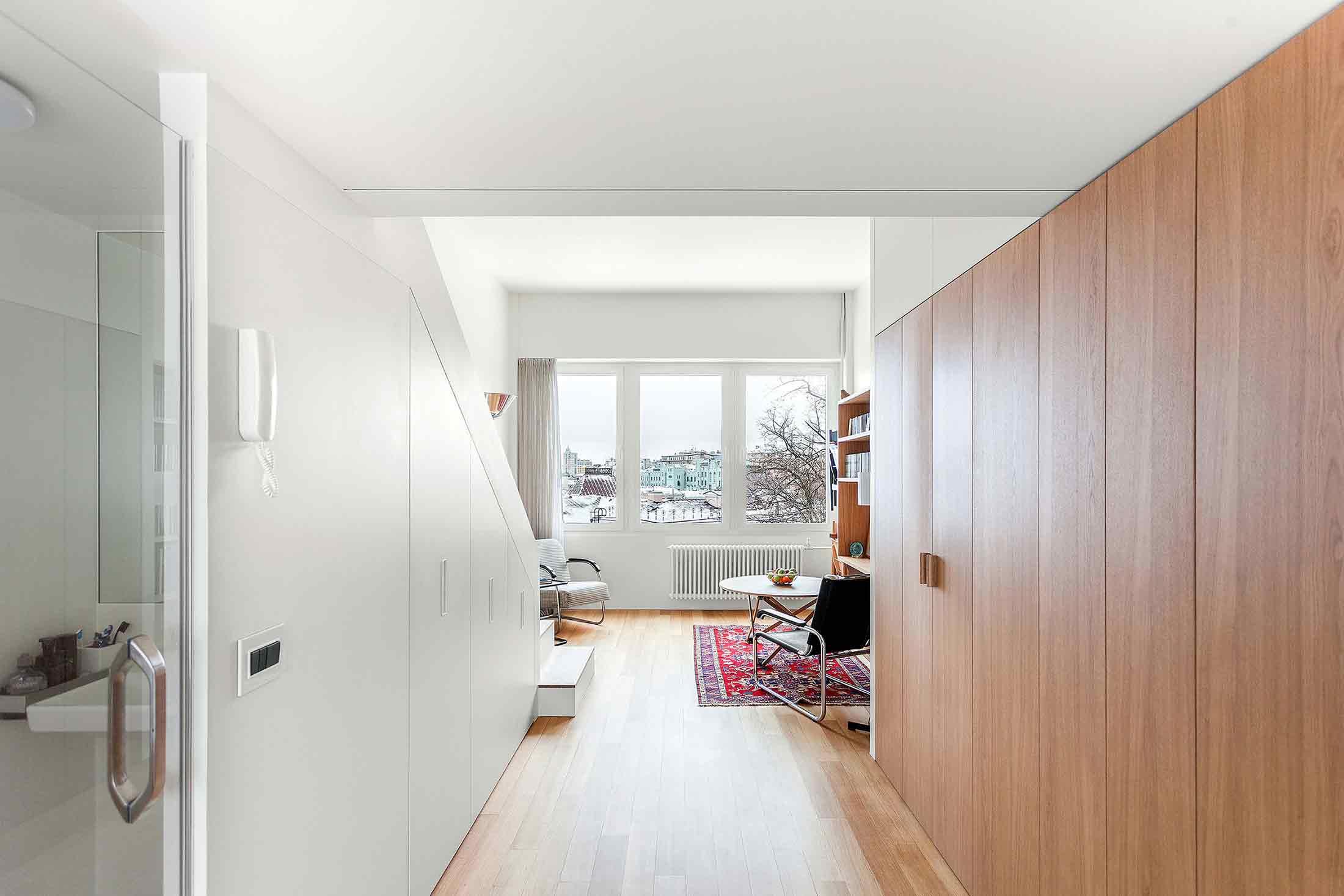 Lorong penghubung apartemen karya studio Bazi, via organized-home.com