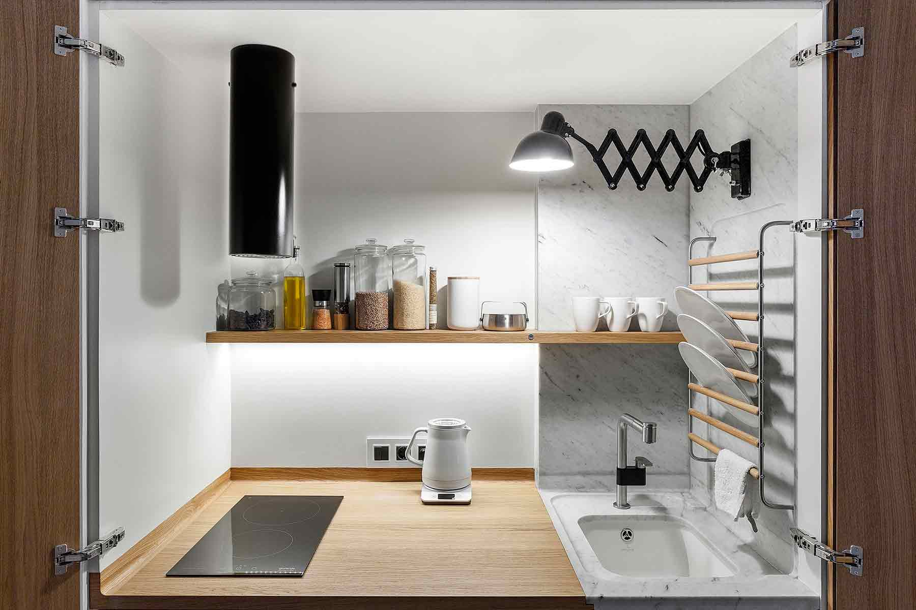 Dapur compact yang efisien karya studio Bazi, via organized-home.com