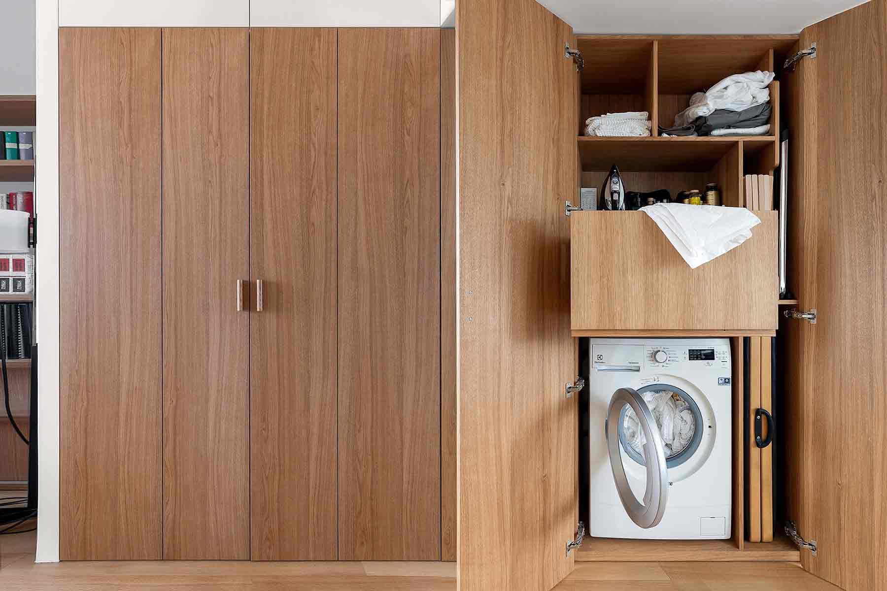 Area laundry yang tersembunyi dibalik pintu karya studio Bazi, via organized-home.com