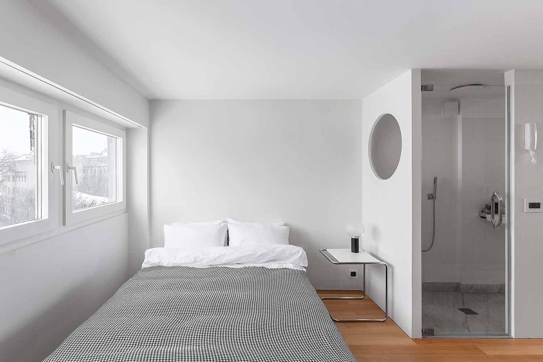 Kamar tidur putih yang super minimalis karya studio Bazi, via organized-home.com